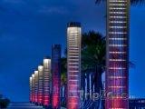 Lucerny osvětlující cestu na pláž v noci v South Pointe Parku