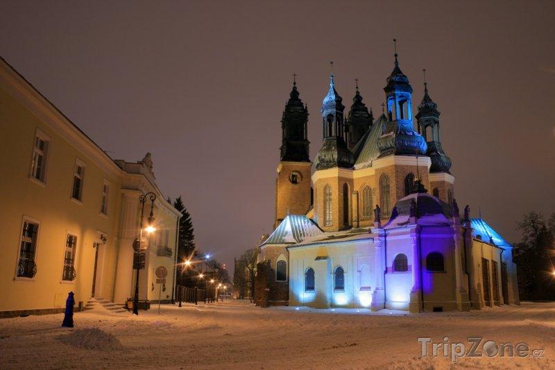 Fotka, Foto Poznaň, osvětlený kostel (Polsko)