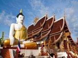 Socha buddhy u chrámu