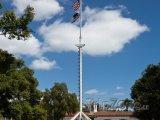 Stožár s vlajkou u Bob Wilson Naval Hospital
