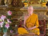 Vosková figurína mnicha v jednom z chrámů