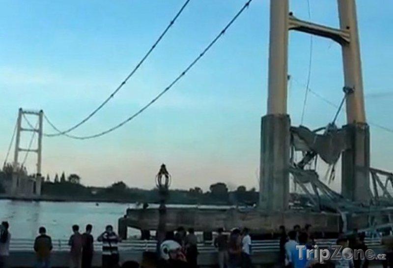 Fotka, Foto Z mostu Mahakam II. zbyly jen dva pilíře