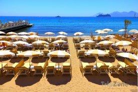 Cannes, lehátka a slunečníky na pláži