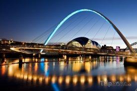 Newcastle, osvětlený Millennium Bridge