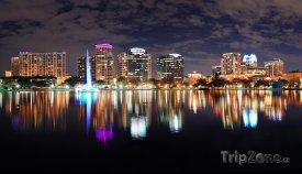 Orlando, jezero Eola a kancelářské budovy v noci