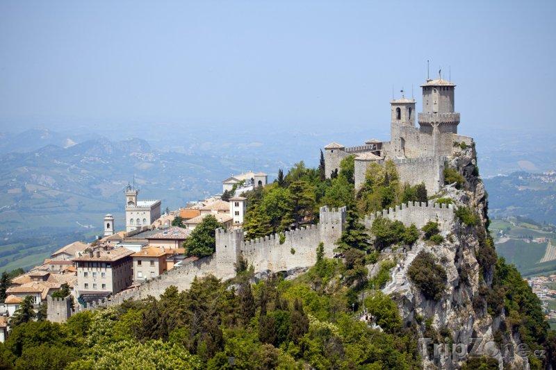 Fotka, Foto Pevnost La Guaita na hřebenu Monte Titano