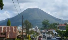 Pohled na vulkán Lokon z města Manado