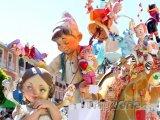 Průvod postaviček při festivalu Fallas