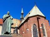 Socha Josefa Dietal před kostelem svatého Františka z Assisi