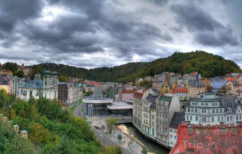 Fotka, Foto Zamračená obloha nad městem (Karlovy Vary, Česká republika)