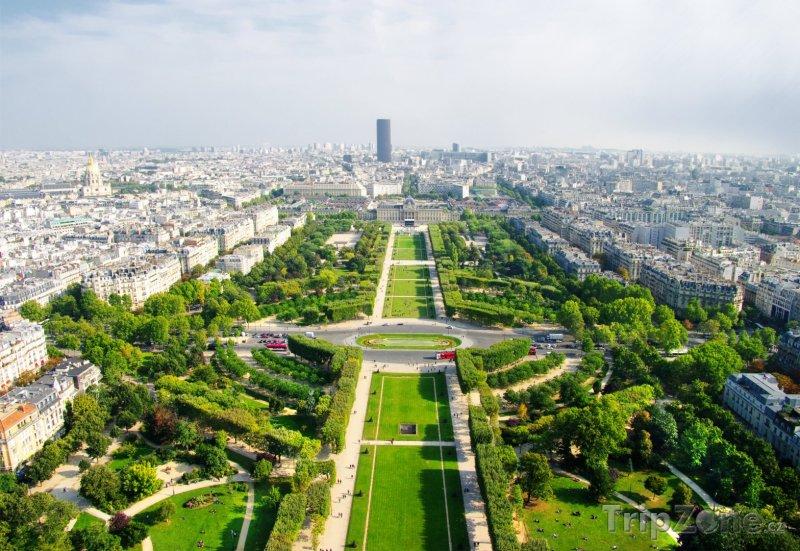 Fotka, Foto Pohled z Eiffelovy věže na park Champ-de-Mars (Paříž, Francie)
