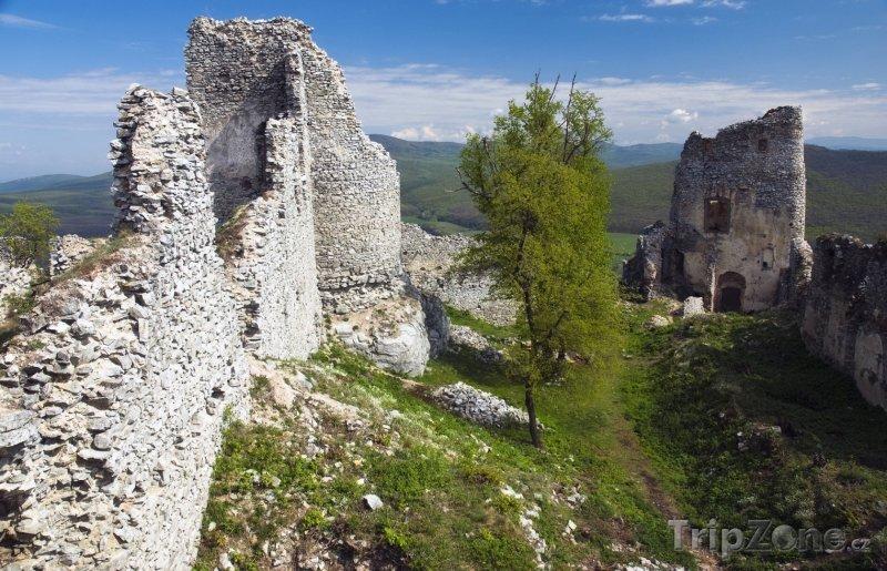 Fotka, Foto Zřícenina hradu Gýmeš u Jelenece (Slovensko)