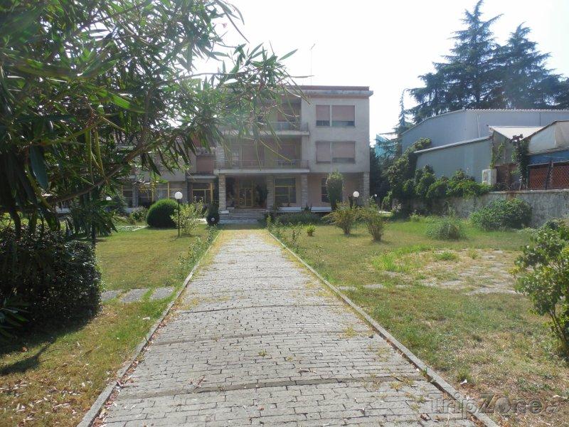 Fotka, Foto Hodžova vila v Tiraně