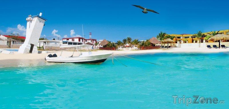 Fotka, Foto Šikmý maják na pláži v Puerto Morelos